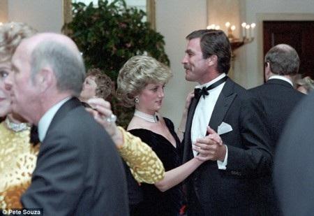 Diana trông không thực sự thoải mái khi nhảy cùng diễn viên Tom Selleck