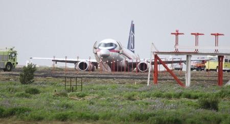 Chiếc Superjet 100 bất động sau khi hạ cánh bằng bụng
