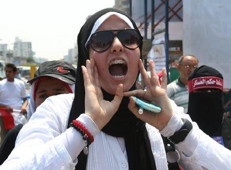 Người biểu tình phản đối Tổng thống tạm quyền Sissy