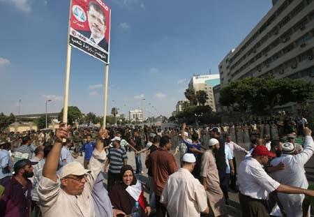 Quân đội Ai Cập giám sát đám đông người biểu tình