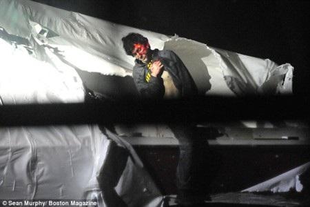 Dzhokhar Tsarnaev ra hàng với mặt đầy máu