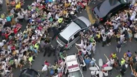"""Đám đông cuồng nhiệt nhiều lần """"chặn"""" xe của Giáo hoàng"""