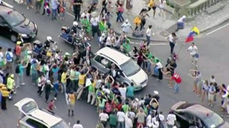 Từ sân bay về trung tâm Rio De Janeiro rất đông tín đồ đứng bên đường