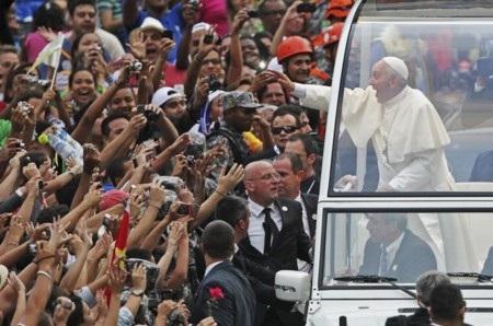 Giáo hoàng vẫy chào người dân tại trung tâm thành phố