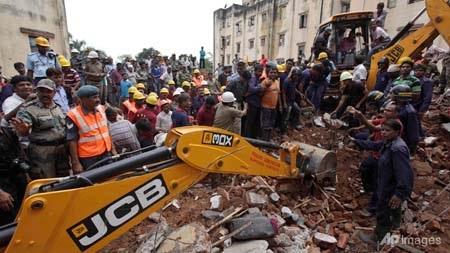 Lực lượng cứu hộ đào bới tìm người mắc kẹt