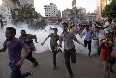 Người biểu tình tại Cairo bỏ chạy khi bị cảnh sát giải tán