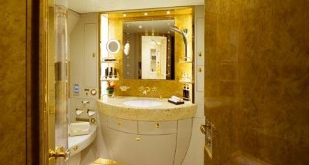 Phòng tắm với nội thất mạ vàng sang trọng
