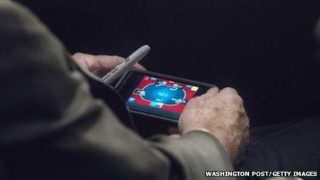 """Ông McCain bị """"tóm"""" khi đang chơi bài"""