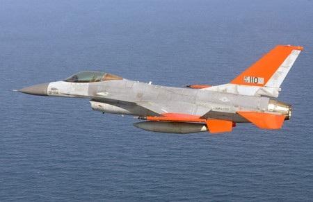 Chiến đấu cơ F-16 bay qua vịnh Mexico không có phi công trên khoang
