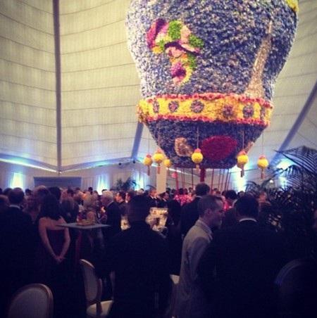 Một khinh khí cầu lớn bằng hoa được xuất hiện tại buổi tiệc