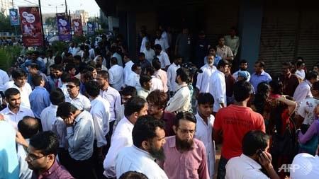 Nhiều người dân tại thành phố Karachi đã đổ ra đường sau động đất