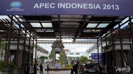 Các nhân viên an ninh tại lối vào trung tâm báo chí APEC