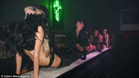 Một màn biểu diễn lạ mắt bên trong quán bar Kitsch