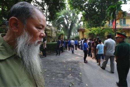 Cảnh hàng nghìn người xếp hàng chờ vào viếng đại tướng gây ấn tượng mạnh với báo giới quốc tế