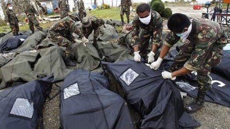Chính quyền Tacloban thiếu nhân lực và phương tiện để thu gom xác chết