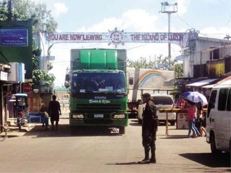 Xe cứu trợ mắc kẹt trên đường từ đảo Luzon tới Bắc Samar vì thiếu phà