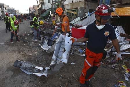 Người dân và các lực lượng cứu trợ tích cực dọn dẹp tại Guiuan