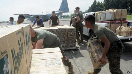 Hàng cứu trợ đang được tập trung về Cebu để đưa tới thành phố Tacloban
