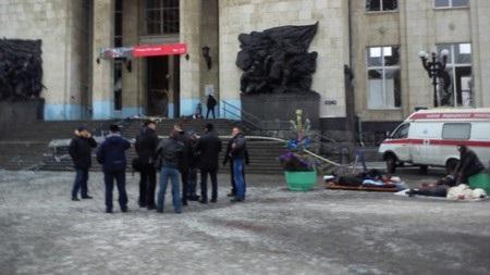 Thi thể nhiều nạn nhân được đưa ra ngoài sân ga