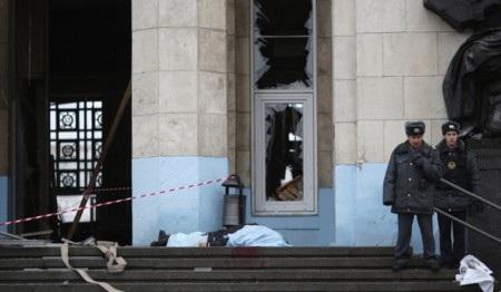 Sức ép từ vụ nổ khiến cửa chính và cửa sổ nhà ga vỡ toang
