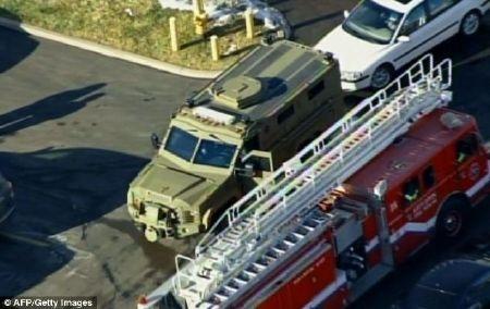 Xe của đội rà phá bom mìn cùng xe cứu hỏa tại hiện trường