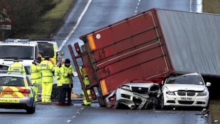 Xe tải bị lật vì gió mạnh