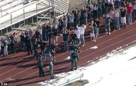 Học sinh lần lượt rời trường với tay giơ cao và bị lục soát