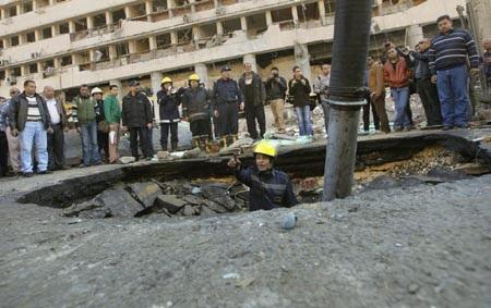 Một hố sâu được tạo ra sau khi chiếc xe chở bom phát nổ