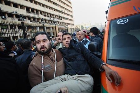 Một người bị thương được đưa đi cấp cứu sau vụ đánh bom
