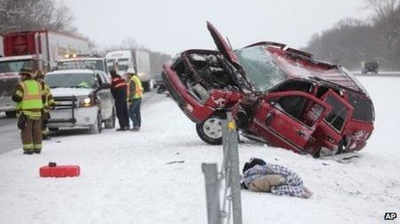 Tuyết rơi khiến đường trơn trượt gây tai nạn tại bang Michigan