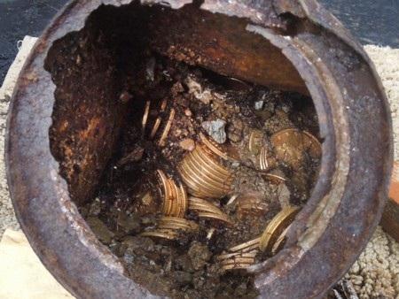 Một trong những hũ đồng tiền vàng cổ được phát hiện