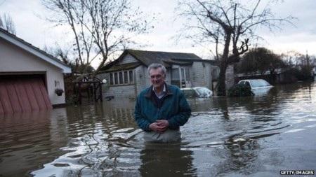 Người dân hạt Surrey bì bõm trong nước lụt