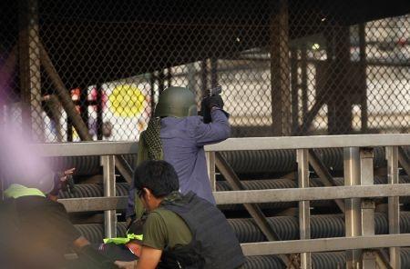 Một người biểu tình chống chính phủ nổ súng về phía phe đối lập