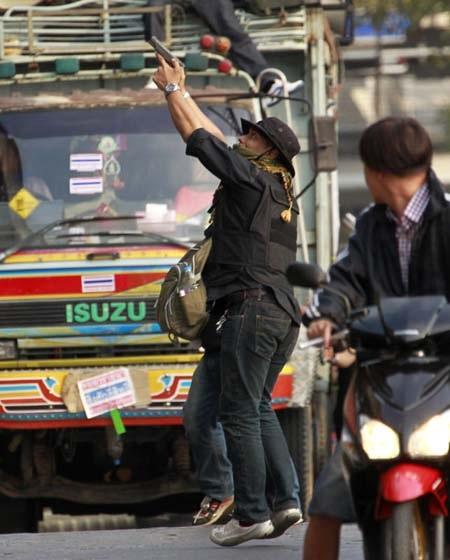 Một người biểu tình chống chính phủ với súng ngắn trên tay