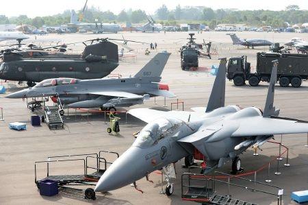 Số lượng máy bay quân sự góp mặt rất đông đảo