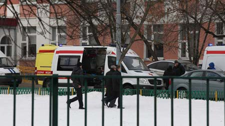 Nhiều xe cảnh sát và xe cứu thương có mặt tại hiện trường