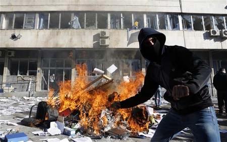 Người biểu tình Bosnia đốt phá các tòa nhà chính ph