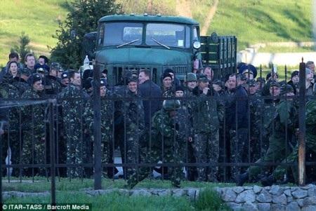 Các binh sỹ Ukraine tại căn cứ Belbek
