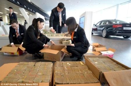 Nhiều nhân viên được huy động để đếm tiền