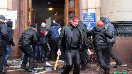 Người biểu tình đụng độ tại Kharkiv
