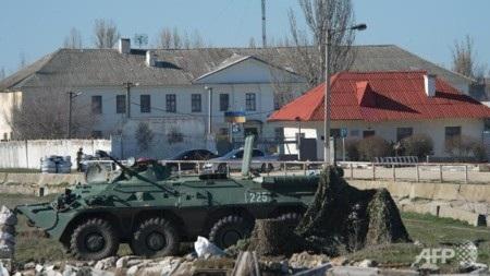 Các binh sỹ Nga án ngữ bên ngoài một căn cứu quân đội Ukraine tại Crimea