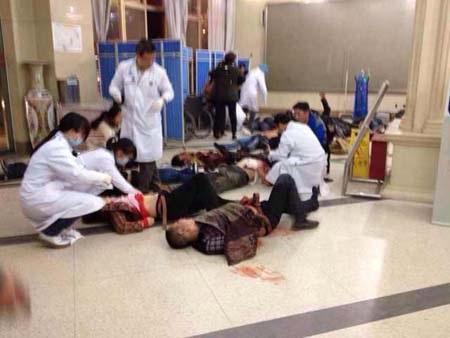Các nạn nhân được cấp cứu ngay trên sàn