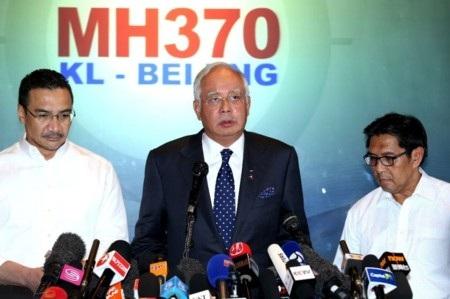 Thủ tướng Malaysia Najib Razak (giữa) trong một buổi họp báo về MH370