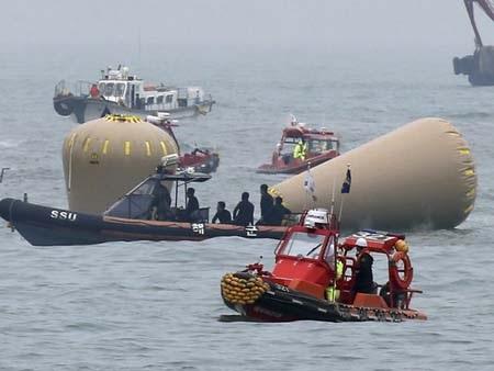 Chiếc phà đã chìm hoàn toàn khỏi mặt nước