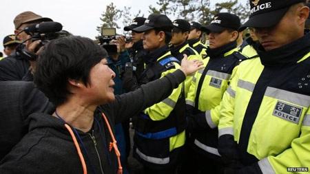 Gia đình các nạn nhân xô đẩy với cảnh sát tại Jindo