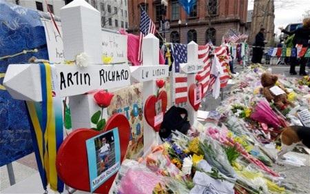 Nhiều hoa được đặt tại vạch đích nơi vụ đánh bom xảy ra