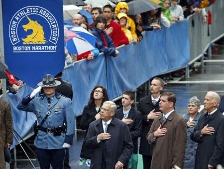 Ông Biden (ngoài cùng bên phải) tham dự buổi lễ cùng các quan chức Boston và gia đình nạn nhân
