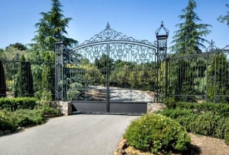 Cả khu đất có tường bao kín, cổng cùng một lối vào dài, đảm bảo sự riêng tư