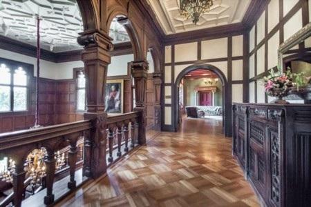 Cầu thang đều được làm bằng gỗ quý