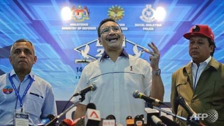 Quyền Bộ trưởng giao thông Malaysia Hishammuddin Hussein (giữa)
